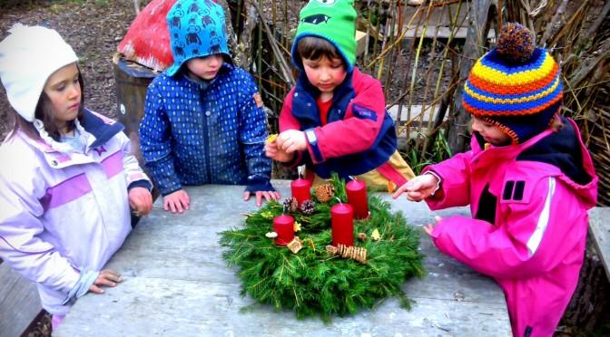 Besinnliches Adventkranz binden im Waldkindergarten