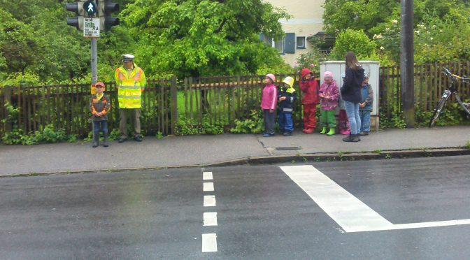 Verkehrserziehung mit der Polizei Laufen im städtischen Kindergarten
