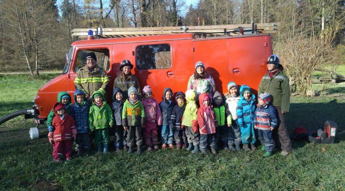 Historisches Feuerwehrauto zu Besuch im Waldkindergarten